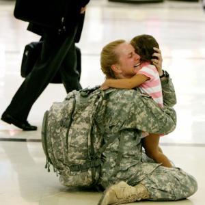 長い任務を終えて帰還した兵士と子との再会は泣ける