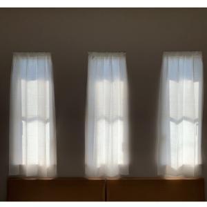 あまりの暑さに小窓の目隠しカーテンを改良