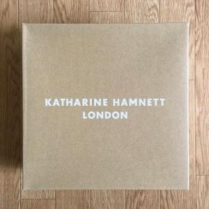 キャサリン・ハムネットのショートブーツ。