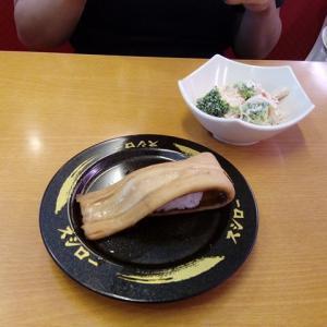寿司一貫を直箸で2人で分けた