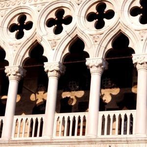 イタリア ヴェネツィアの透かし建築と自撮り