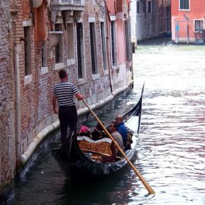 イタリア ヴェネツィア : 日陰のゴンドラ