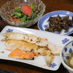 今日の晩飯「鮭の切り落としの塩焼き」-腹が減り過ぎ