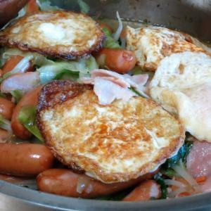 今日の昼飯と晩飯「あらびきソーセージとハムと野菜の炒め物」-ようやく晴れる、気分も晴れる