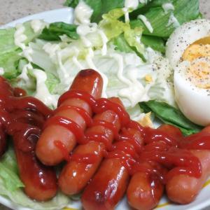 今日の昼飯と晩飯「ソーセージとレタスサラダ」-ちょいと一万歩のつもりで