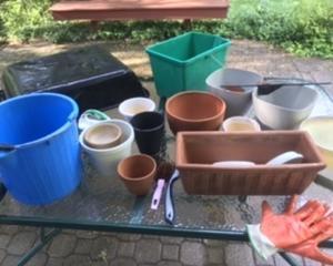 お供と鉢を洗う