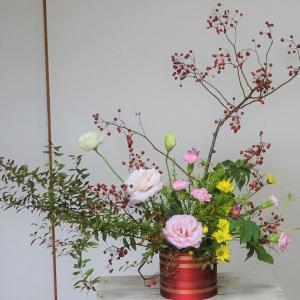○秋のアレンジを赤い花器でリメイク