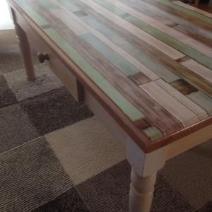 セリアのリメイクシートで!テーブルがよみがえった~🎵