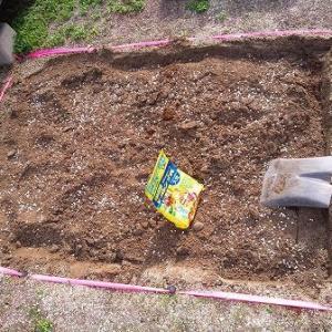 クラピアの植え方で元肥を入れる場所が違う?