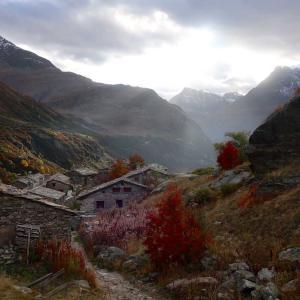 石造りの中世の集落、エコ村へ