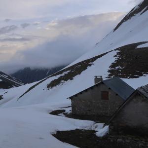 ひとりで迎える雪山での朝(5月)