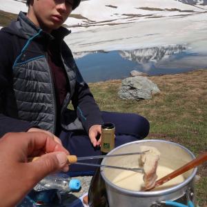雪渓残る湖畔でランチ