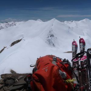怖めの頂上から下りてきた(山スキー、5月)