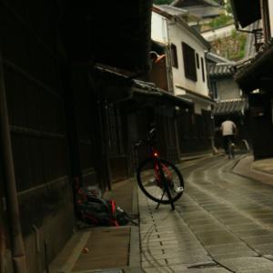 雨に濡れる街並み