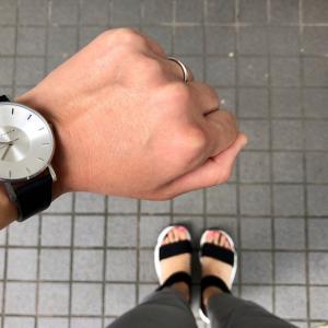 30代働くママのモノトーン腕時計とサンダル