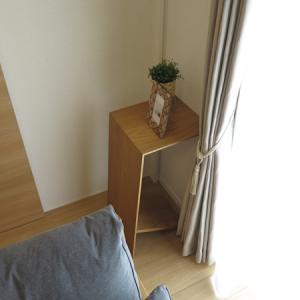 リビングテーブルが立つ?!ソファ前を広く使用するためリビングテーブルの活用方法をご紹介