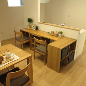 縦長のLD空間を活かす家具の配置術をご紹介!キッチン裏にデスク、ショートタイプの『島ソファ』提案