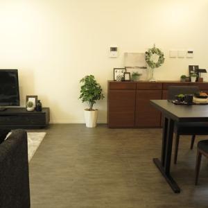 グレー色のフロアタイルの床に合わせてブラック色の家具をメインカラーとしたコーディネートをご紹介