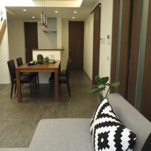 グレー色のフロアタイルの床とモカブラウンの建具というLD空間にウォールナットの家具を中心にコーデ