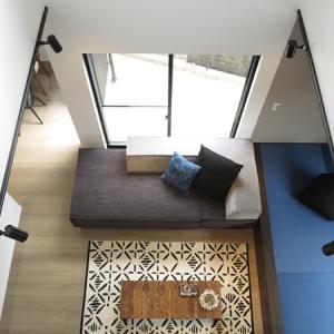 ブルー色のアクセントカラーが素敵なコーディネートを紹介!高さ40㎝の小上がりの畳とソファにも注目