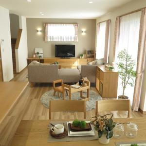 広いリビングを活かす家具の組合せ術・家具の配置術をご紹介!ソファの後ろをこどもの遊びスペースに…