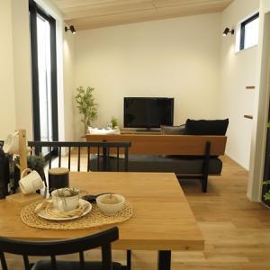 ドアの色・キッチンの面材(色)に合わせてナチュラル&ブラック色をテーマカラーとしたコーデ