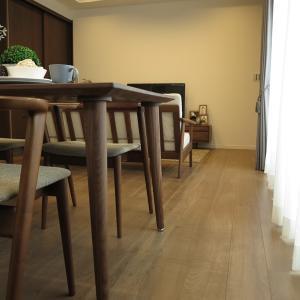 丸みのある優しいデザインの家具で揃えたコーディネート事例を紹介!ウォールナット材で丸みのある家具