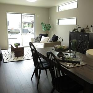 ブラック色のチェアやシャビーシックな家具を合わせたフレンチシャビーをイメージしたコーディネート