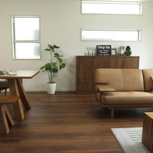 チーク柄の床と相性がいいウォールナット無垢材の家具などでコーディネートした事例をご紹介します