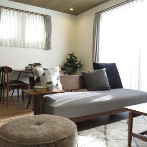 丸みのあるデザインの家具で統一!ウォールナット材の家具とブラック色をアクセントとしたコーデ事例