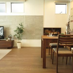 格子の横ラインの家具で揃えたコーディネート事例をご紹介!チェア、ソファ、TVボードを格子で…