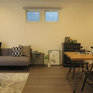 グレイクリ柄の床に合わせてグレー色とブラック色をテーマカラーとしたコーディネートを提案!
