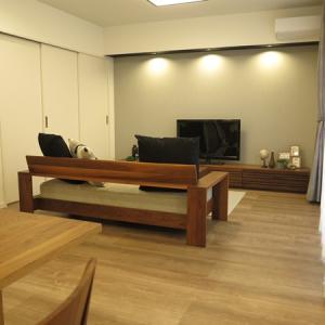 ウッドフレームソファは「後姿が美しい」!お部屋の中央にソファを設置するならウッドフレームがお勧め