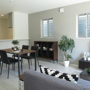 ホワイト色の床、ダークブラウン色のドアという内装に合わせてBIGJOY流モダンスタイルを提案