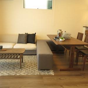 ソファ横にベンチ?テレビボード横にベンチ?リビングとダイニングを一体化させる家具の配置術をご紹介