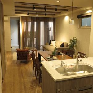 このところグレーがかった内装が増えてきた② グレー色と相性がいいウォールナット材の家具を提案!