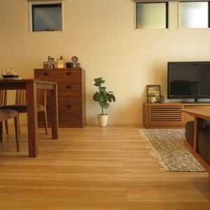 ナチュラルカラーの内装にウォールナット無垢材の家具を合わせた理由は…キッチンの面材が…
