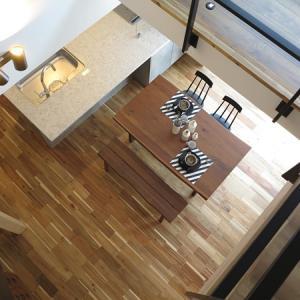 アカシアのフローリングにウォールナット材&ブラック色の家具をチョイスしたコーディネート事例を紹介