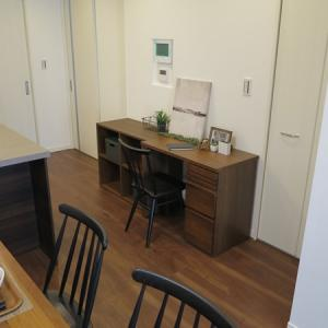 キッチンの横が広い為、デスクを設置した家具の配置・コーディネート事例をご紹介します