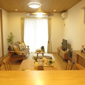 ソファとTVボードの設置場所を入れ替えて家具の配置を比較!照明の色に合わせてツートンのチェア提案