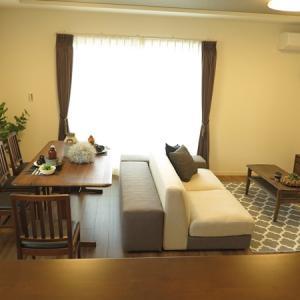 12帖弱のLD空間を活かす家具の配置術をご紹介!ダイニングセットとソファをベンチで繋げる配置提案