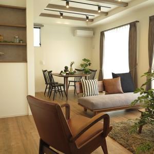 天井に化粧梁があるLD空間にはやっぱり無垢の家具が合う!丸みのあるデザインで統一したコーデを提案