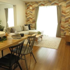 個性的な壁紙に合わせて個性的なダイニングテーブルを提案!パッチワークのように木を合せたテーブル!