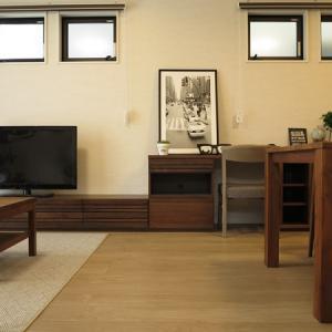 隣の家を隔てる広い壁面に幅4m50㎝という大きな収納家具を提案!オーダー家具ではなく既製品です!
