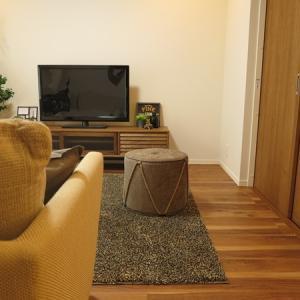 『ラスティックペカン』柄というフローリングに少し着色したオーク材・タモ材の家具でコーディネート