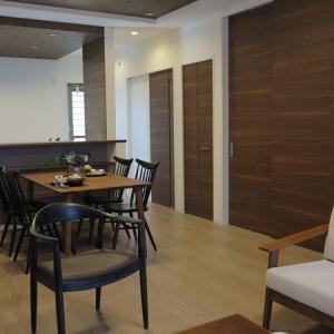 リビングに隣接する和室の建具は色が薄い方がいい?!濃い目の色の場合に建具を閉めると茶色い壁が出現