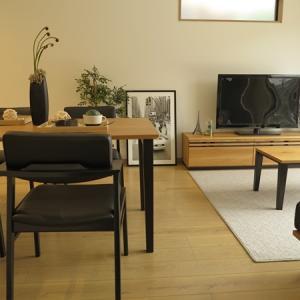 キッチンの面材マリンウッドダーク色に合わせてナチュラル&ブラック色をテーマカラーとしたコーデ!