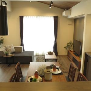 横長のリビングと隣接する畳スペースを活かすソファの活用術をご紹介!変幻自在の2Pソファ?!を提案