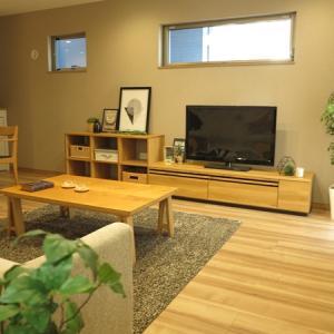 広い壁に大きなソファと大きな収納家具を提案した家具の配置を提案!2階がリビングの家具の配置術