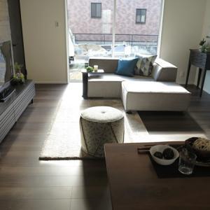 内装の色に合わせてブラック色の家具を取り入れたかっこいいコーディネート!